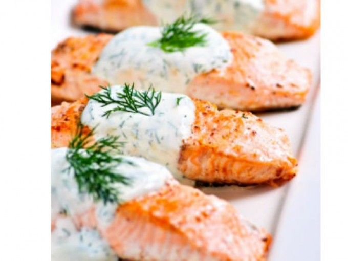 Rico salmón con salsa de limón y alcaparras