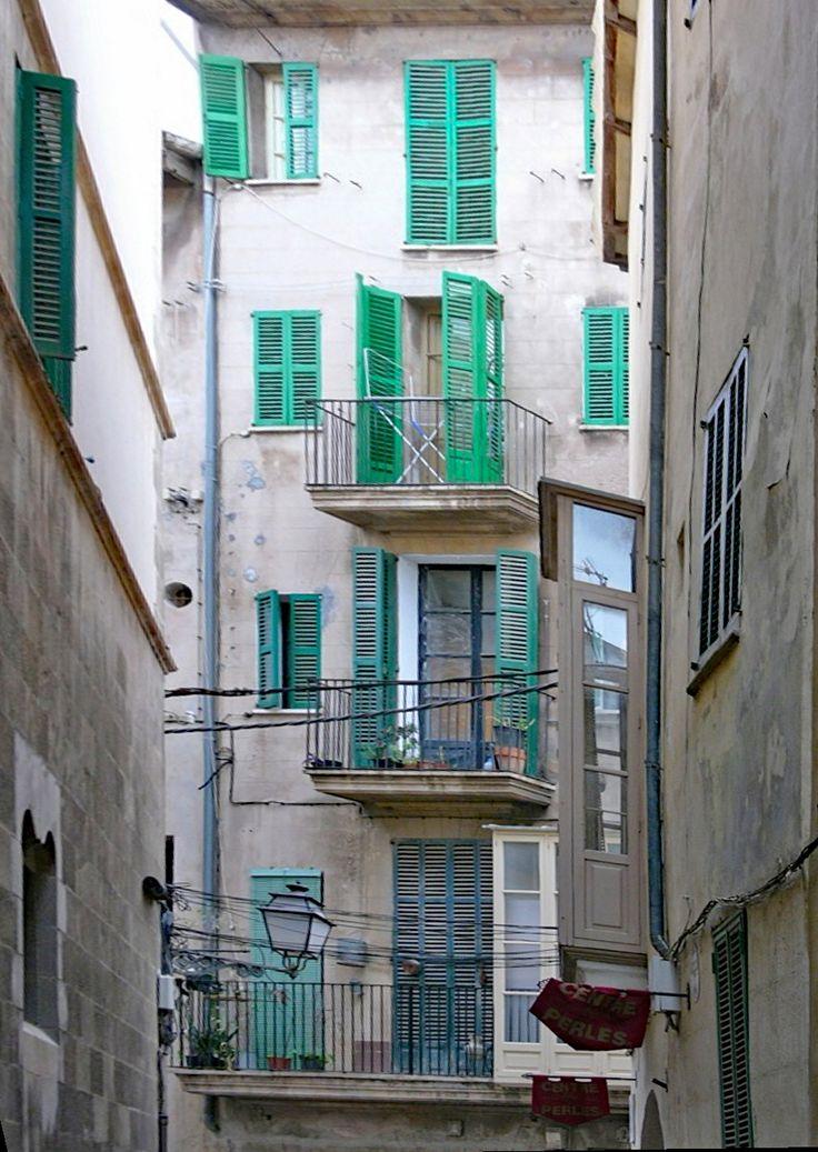 Palma de Mallorca • ein Hinterhof mit Balkonen