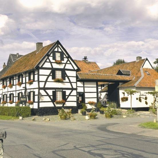 Hotel Hoeve de Plei ligt in het mooie Limburgse heuvellandschap en is een gemoedelijk, sfeervol familiehotel met Hästensbedden.