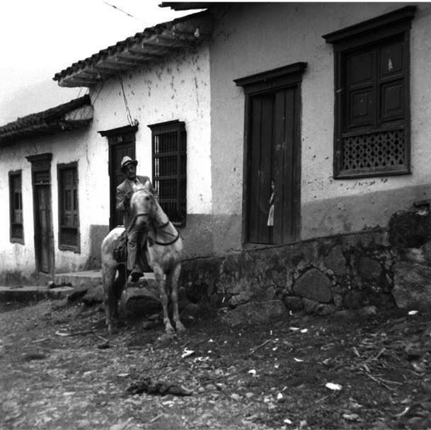 Calle en tierra y piedra en la ciudad de Medellín 1944