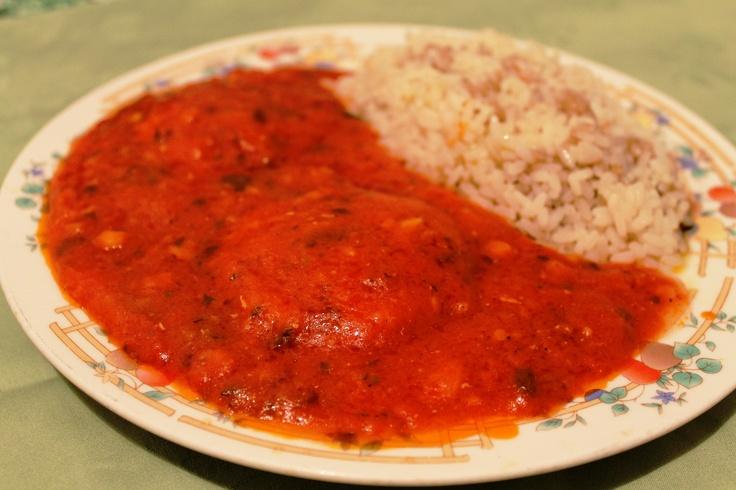 Merluzzo con salsa al pomodoro, farina e prezzemolo con contorno riso e aceto balsamico.