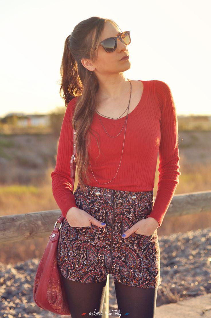 El outlook de hoy nos los trae Laura, del blog #PostcardsFromItaly, con una falda de estampado paisley, cuyo corte bien se asemeja a un pantalón corto. Poco más hace falta para completar el outfit: un jerset rojo, unos taconzos y unas gafas Roberto de estilo retro. ¡Guapísima!