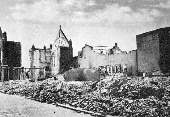De Westerkerk na het bombardement gezien van de Helmerstraat.