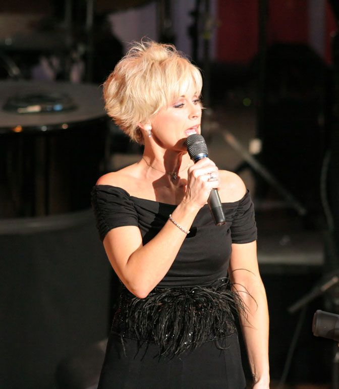 Women Country Music Singers With Short Hairstyles Lorrie