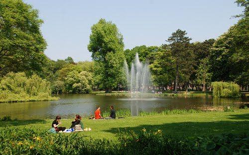 Een zonnetje, een kleedje en een mandje. Een stokbroodje met wat smeerseltjes. Een fles wijn... Je romantische picknick kan beginnen. Het #Wilhelminapark is het perfecte decor om te #daten in #Utrecht!