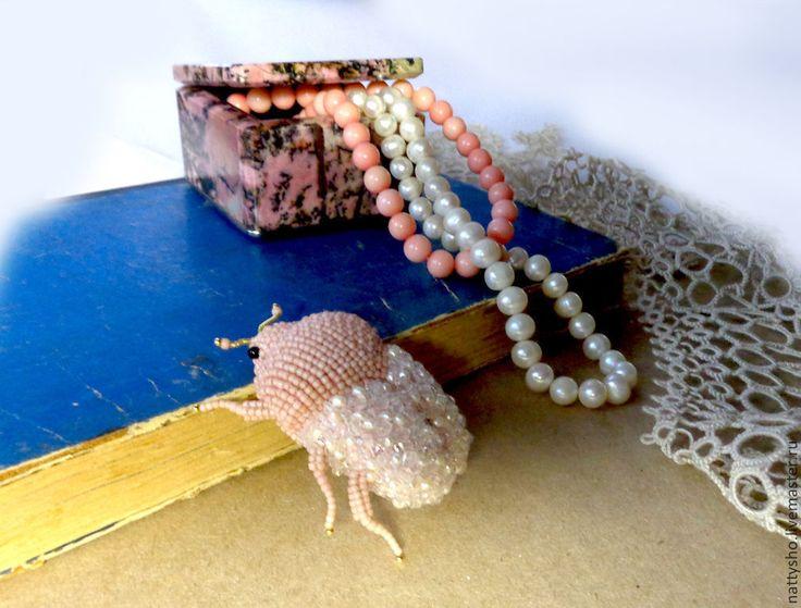 Купить Коралловый жук - бледно-розовый, жук, жуки, брошь, брошь ручной работы