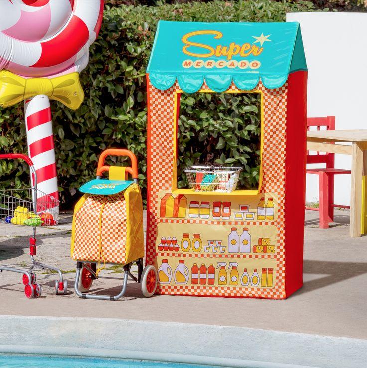 Nuestra colección Mercadito es ideal para jugar y pasar tiempo con los niños. Cuenta con una carpa con forma de tienda, carrito de feria y carro de supermercado. ¡Ven a conocerla!