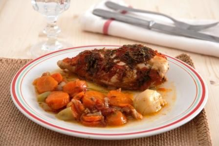Μια απλή και νόστιμη συνταγή που παντρεύει το κοτόπουλο με τα λαχανικά. Φαγητό κατσαρόλας που και πλούσια γεύση έχει αλλά και λίγες θερμίδες. Χρειάζεται ελάχιστο λάδι για την προετοιμασία του. Με τον ίδιο ακριβώς τρόπο μπορούμε να παρασκευάσουμε άπαχο κρέας όπως μοσχάρι, κουνέλι, φιλέτο ψαριού κτλ.  Υλικά που χρειαζόμαστε για μία μερίδα: Ένα στήθος …