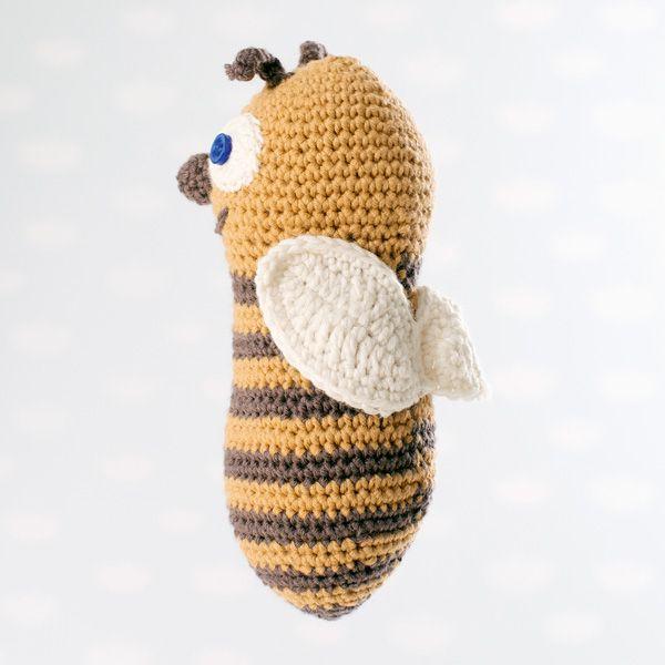 LIlle Bi: Garnpakke med heklet bie og hund fra Dale Garn.