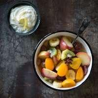 Hedelmäsalaatti ja sitruunarahkakastike