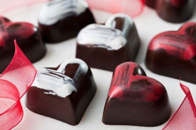 I cioccolatini al peperoncino sono un dolce buonissimo che si prepara in poco tempo e che può essere l\'ideale per una cena afrodisiaca di San Valentino.