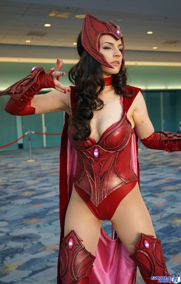 Character: Scarlet Witch #cosplay / From: MARVEL Comics 'Avengers' / Cosplayer: Alicia Bellamy (aka Vertvixen)