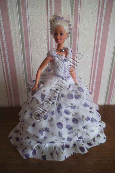 Barbie a revêtu sa tenue Princesse Eugénie; elle est vraiment simple à faire, c'est le tissu à tricoter qui lui donne son charme. tuto de la jupe ici TUTO MATERIEL laine à tricoter avec du 3 laine à crocheter avec du 2 aig 3 crochet 2 2 très petits boutons...