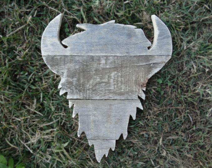 Deze koe schedel werd gesneden van geregenereerde pallet hout. Het komt met een hanger aan de achterzijde. Meetlint in tweede foto voor referentie.