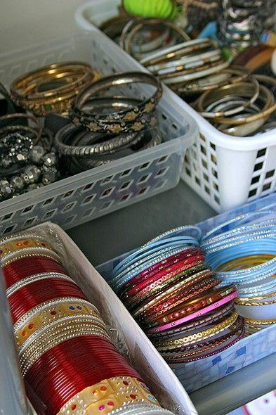 Pequenas cestas de plástico, encontradas em lojas populares, são ótimas para organizar pulseiras. Depois, podem ser colocadas dentro de um guarda-roupa ou em uma gaveta
