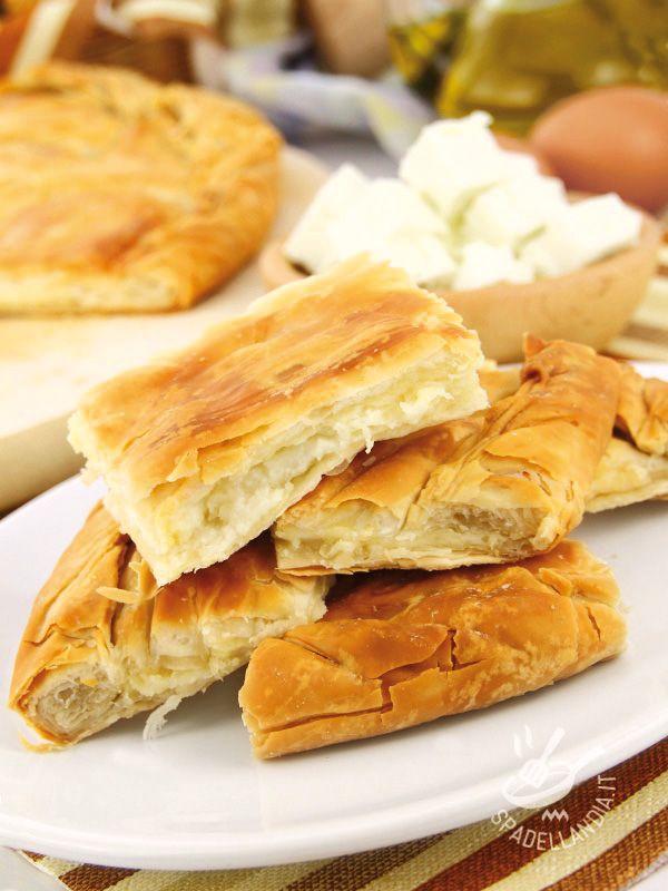 Focaccia with onion and cheese - La Focaccia con cipolla e formaggio è una preparazione rustica ma delicata che piace a tutti, anche ai bambini! Servitela per un apericena sfizioso! #focacciaconcipolla #focacciaconformaggio