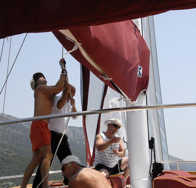 při vhodném větru posádka vytáhne i plachty