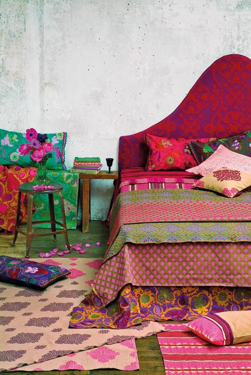 Une atmosphère haute en couleur, où la soie sauvage, les broderies, les tissus lourds et les rideaux colorés évoquent un ailleurs lointain, un art de vivre opulent.