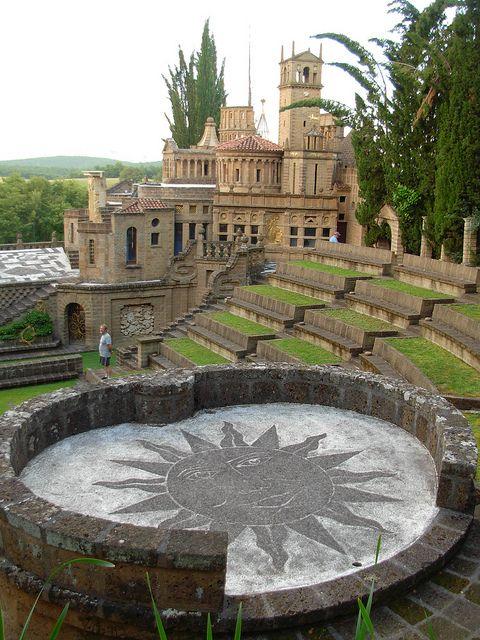 Nel comune di Montegabbione nascosta tra le colline umbre, esiste un luogo conosciuto come La Scarzuola, famoso per essere stato dimora di San Francesco d'Assisi.
