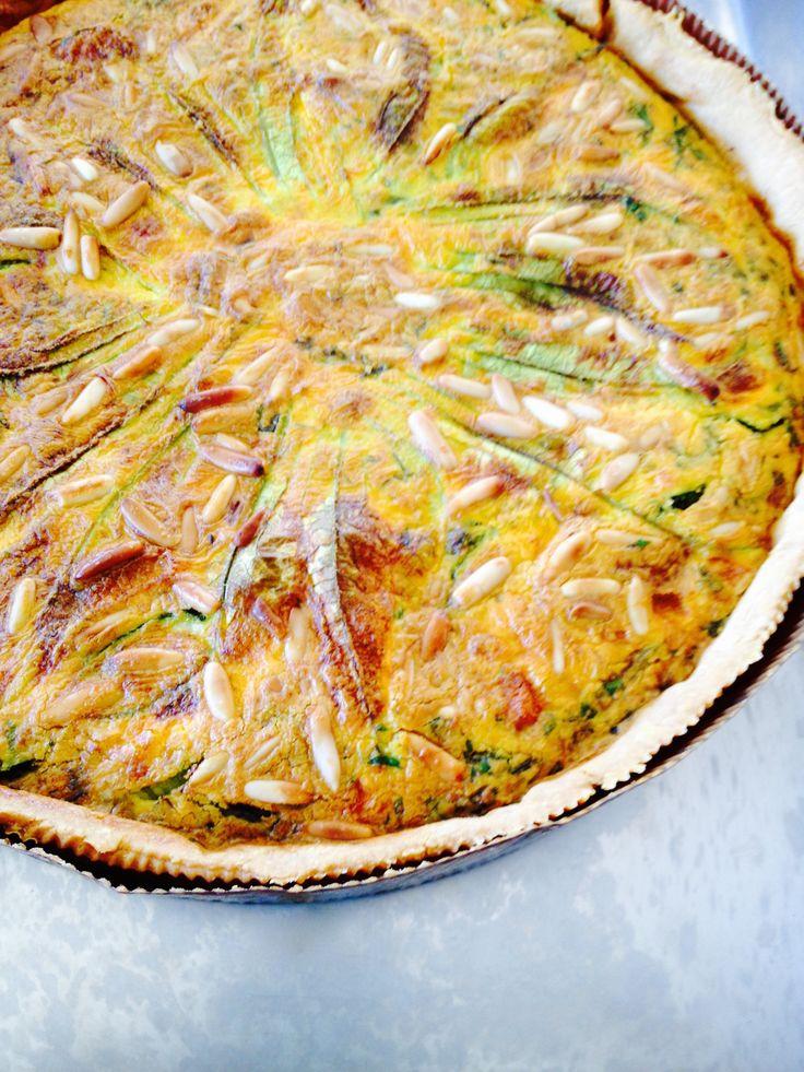Torta salata zucchine e fiori di zucca con pinoli e basilico ha un sapore estivo ed è un piatto completo. L'idea dei pinoli è di Knam. E spacca.