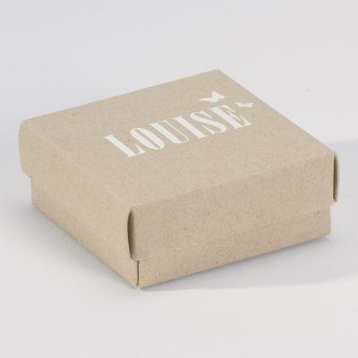 Bij deze eco doopsuikerdoosjes wordt de naam van de baby met de Luxe Letterpress techniek in het papier gedrukt, daardoor ontstaat een optisch en voelbaar reliëf effect. Hier werd gekozen voor  witte folie, maar ander kleuren zijn mogelijk. Deze doosjes kan je perfect combineren met een Luxe Letterpress geboortekaartje!