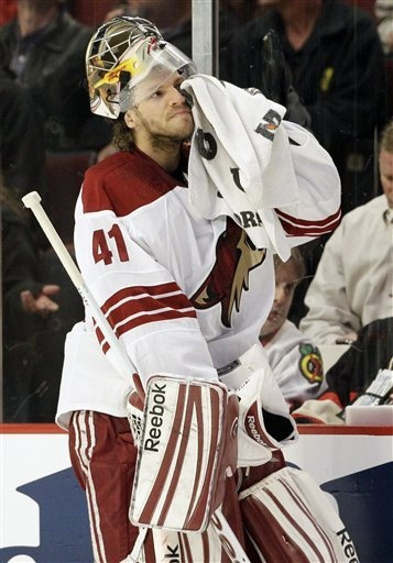 Phoenix Coyotes goalie Mike Smith wipes his face during the first period of Game 3 of an NHL hockey Stanley Cup first-round playoff series against the Chicago Blackhawks in Chicago, Tuesday, April 17, 2012. (Photo from AP)