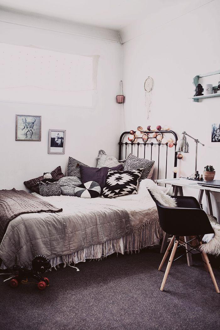 Une mabiance romantique contrastée pour cette chambre
