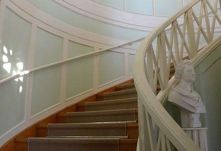Under 1835 omgestaltade Esaias Tegnér interiören. Husets mittparti omändrades till ett trapphus i empirestil med en halvcirkelformad trappa. Foto: Pernilla Andersson