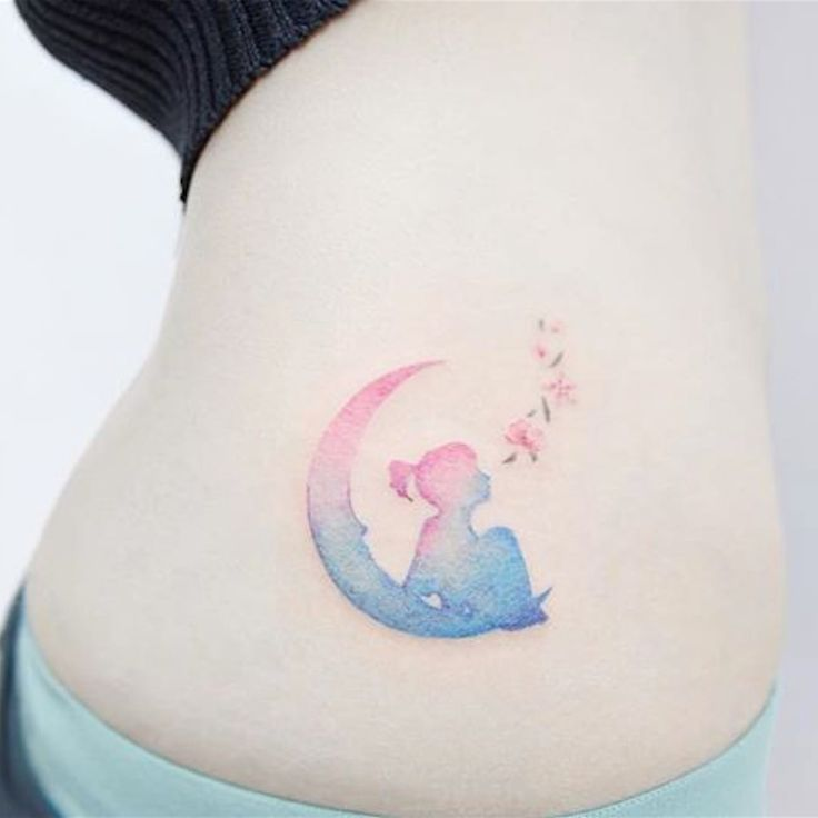 Niña en la luna, tatuaje en la cadera