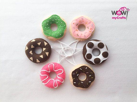 Set de Colgantes Donuts en fieltro relleno por WowMyCrafts en Etsy