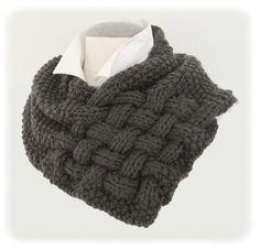 Op internet vond ik een variatie opde gevlochten sjaal  (of nekwarmer of cowl):    Het is hetzelfde patroon, echter zonder de 'flappen...
