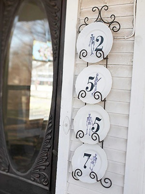 Cool house numbers idea. I have a 2 plate plate holder. Could find some tacky plates a salvation army and I have the stencils for the numbers. Yay.