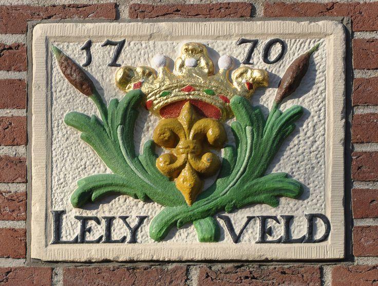 Westerstraat 202, Amsterdam Op 3 augustus j.l. werd in de voorgevel van de Aloysiusschool in de Weterstraat 202. Op de hoek van de Tichelstrat een fraaie 18de eeuwse gevelsteen ingemetseld.Op de steen zien we een gekroonde z.g. Franse lelie, omgeven door opgaande stengels. Op de onderrand staat in duidelijke letters LELY VELD en terzijde van de kroon het jaartal 17 70. Waarom deze gevelsteen op deze plek ? Wel, vanaf 1734 tot 1778 had de Amsterdamse zeepzieder Hermanus Lelyman op dze plek...