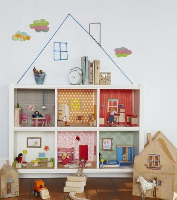 L'étagère transformée en maison de poupée