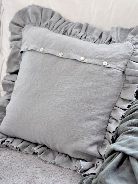 Un tuto en images pour apprendre à coudre une jolie housse de coussin avec les froufrous