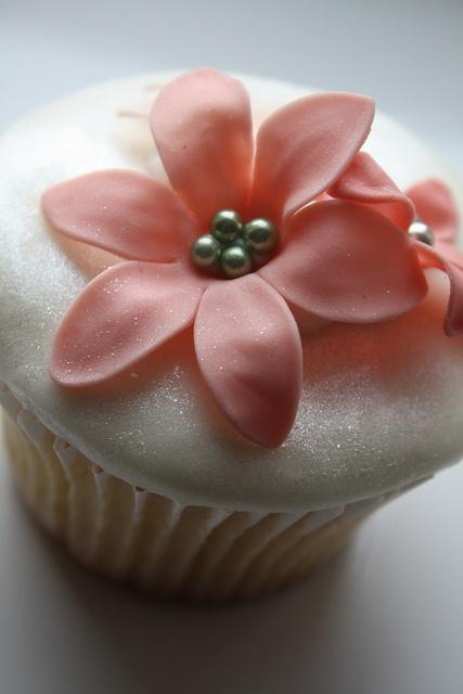 pink flower cupcake....so pretty!