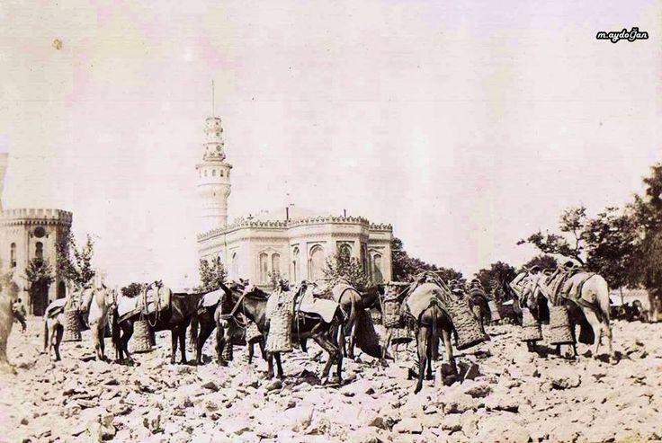 1894 depreminden sonra Bayezid Meydanı'na katırlarla getirilip dökülen molozlar.