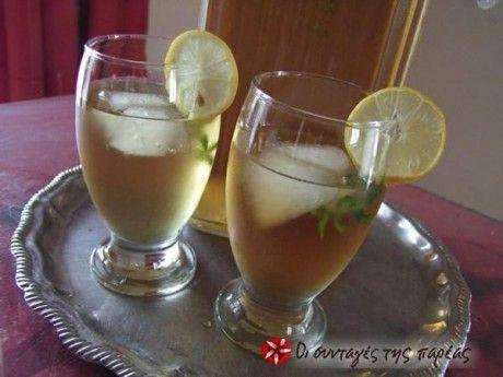 Τώρα το καλοκαίρι, ένα κρύο τσαγάκι είναι ό,τι πρέπει για να μας δροσίσει. Μπορείτε να φτιάξετε το δικό σας σπιτικό κρύο τσάι, με όποια γεύση σας αρέσει.