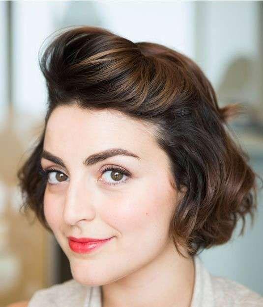 Semiraccolto leggermente gonfio per capelli corti e mossi - Tra le acconciature capelli corti per la primavera estate 2015 è ricorrente il semplice semiraccolto leggermente cotonato.