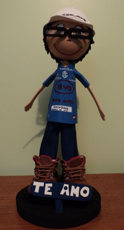 Él es un ingeniero.... su novia lo solicitó y aquí está!!! Con la camiseta de su equipo favorito!!! su casco y los zapatos tipo de montaña!!!