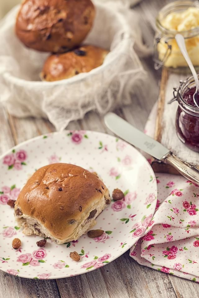 "Learn how to make the fruitiest ""krentenbollen"" (Dutch currant buns) from scratch in your own kitchen with this easy-to-follow family recipe."