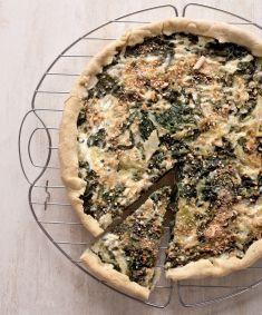 Torta salata con bietole e verza di M. Bianchi: caprino fresco, cipolla, pangrattato, farina semintegrale, aceto di mele