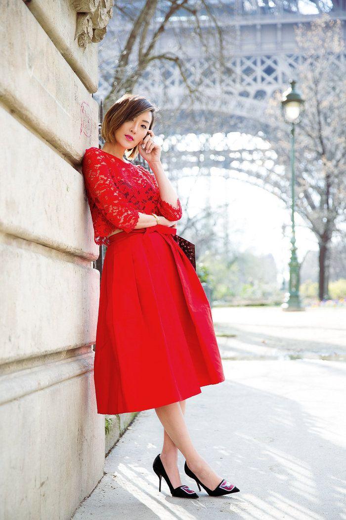 Chriselle_Lim_Paris_Fashion_week_Tibi_full_skirt_ Le_Secret_d_Audrey_Christian_Dior_black_pump_rose_Givenchy_Floral_clutch_8