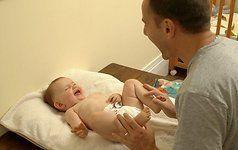 VIDEO: internetą juokina tėtis, nesugebantis pakeisti vaikui sauskelnių