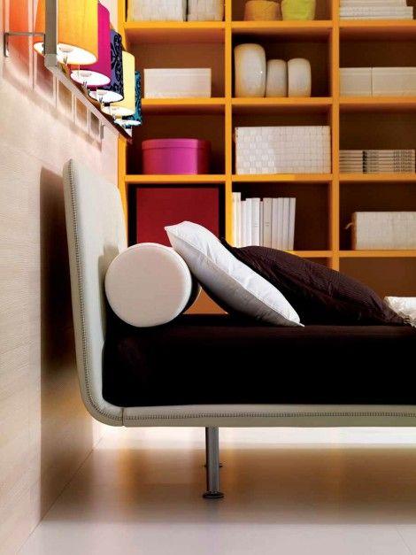 Nowoczesne, białe łóżko zyskało bardziej wyrazisty charakter, dzięki brązowej pościeli. Fot. Doimo Cityline.