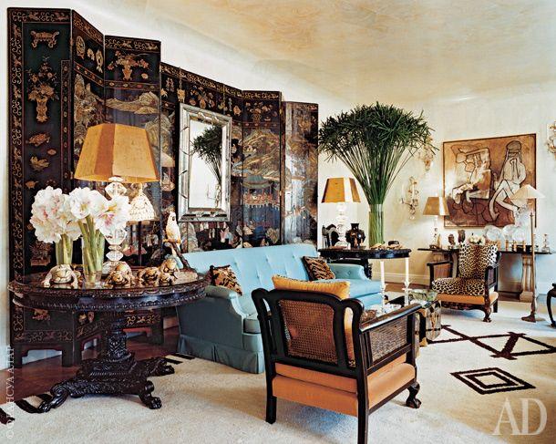 Гостиная. Китайская ширма XVIII века. Диван, США, 1940-е годы. Справа и слева от дивана— английские колониальные столы.