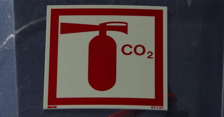 Quais precauções devem ser tomadas na hora de descarregar um extintor de incêndio de CO2 e por que isso é necessário?. Se você planeja colocar extintores de dióxido de carbono em sua casa, deve estar ciente dos perigos que eles podem trazer. Eles são dois: primeiro, altos níveis de dióxido de carbono são tóxicos para os humanos e podem causar morte; e segundo, o dióxido de carbono pressurizado forma gelo seco, que pode causar danos quando em contato com a pele.