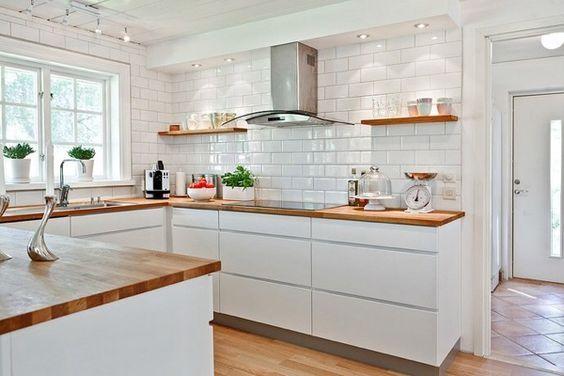 Cocina blanca uñero encimera madera y azulejos metro