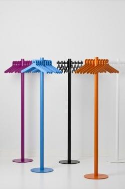 Pole - Accessoires | Ceka Office Group kantoorinrichting.  Pole is een robuuste, stalen kapstok die ruimte biedt aan acht tot tien jassen. Met de bijpassende kledinghanger vormt kapstok Pole een twee-eenheid, waarbij ronde vormen een vriendelijke uitstraling garanderen. In de kleuren blauw, oranje en fuchsia oogt Pole vrolijk en fris. De witte combinatie toont helder en minimalistisch en in zwart is de kapstok modieus en elegant.  Kijk op www.ceka-office-group.nl voor meer informatie.