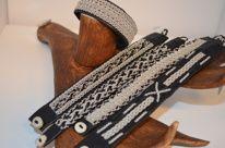 Tennarmband. Olika mönster och färger finns i butiken.Vi säljer även material att göra egna armband.
